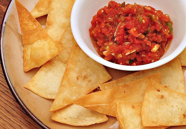 Chipsy kukurydziane i salsa
