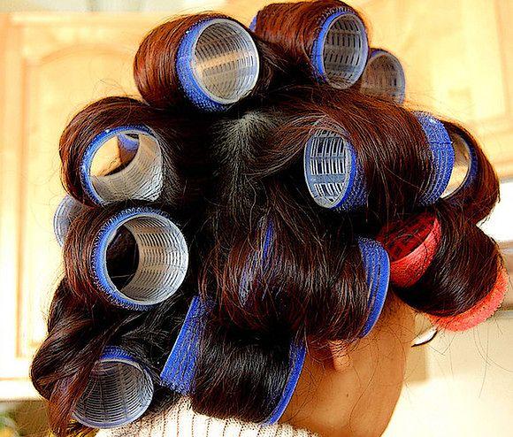 Kobieta z wałkami na włosach