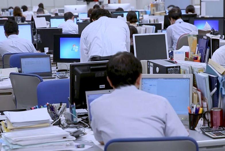W wyniku epidemii koronawirusa w Polsce pracodawcy obcinają pensje pracownikom o 20%. Czas pracy pozostaje jednak niezmieniony.
