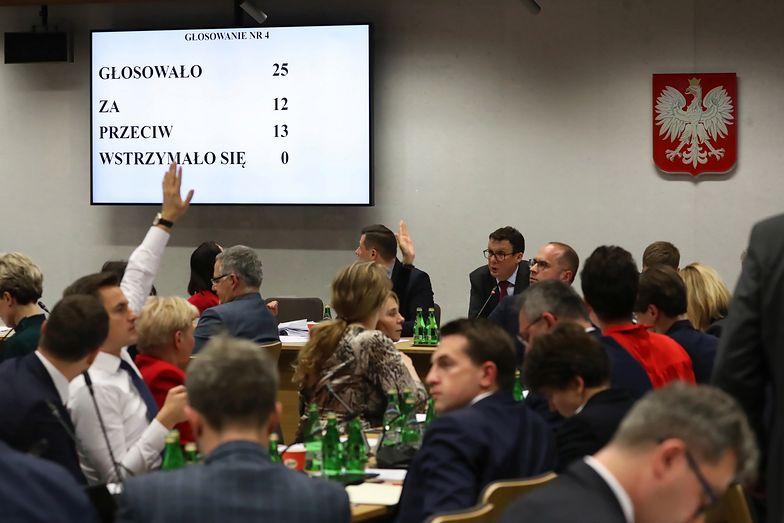 Komisja Sprawiedliwości podczas nocnego posiedzenia ws. ustawy PiS