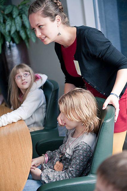 Dzieci w sali konferencyjnej