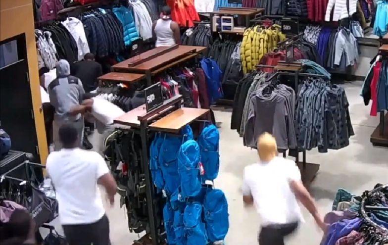 Bezczelny napad na sklep. W 30 sekund ukradli towar za tysiące dolarów