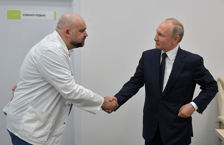 Koronawirus w Rosji. Władimir Putin (z prawej) podczas spotkania z Denisem Procenko