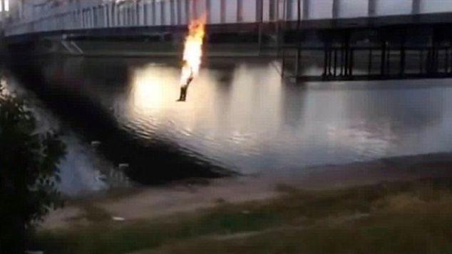 """Chcieli więcej """"lajków"""". Podpalili się i skoczyli z mostu"""