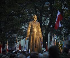 """Kartki z napisem """"pedofil"""" i dziecięce buty pod pomnikiem ks. Jankowskiego"""