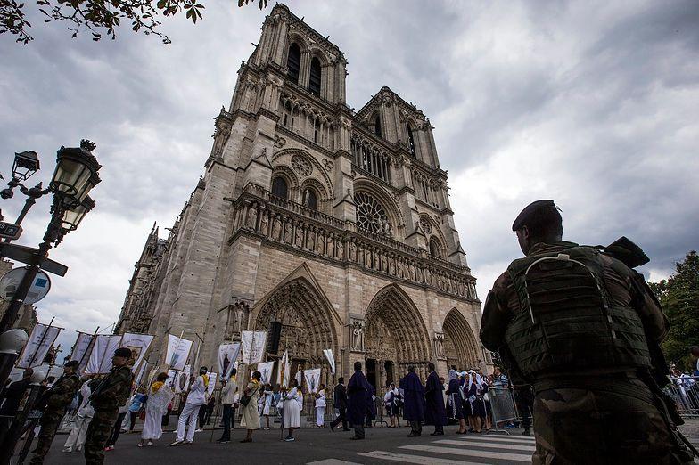 Dwie dżihadystki próbowały wysadzić auto w pobliżu katedry Notre Dame.