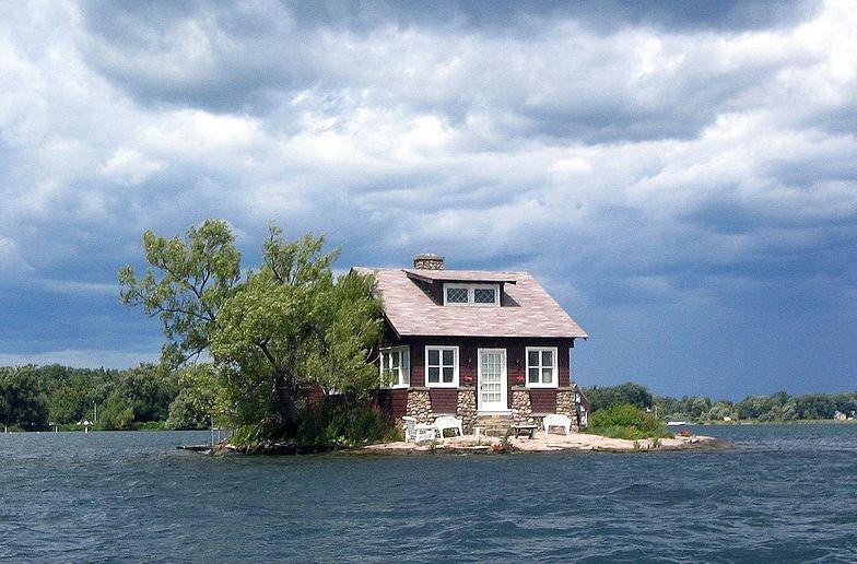 Najmniejsza zamieszkana wyspa świata. Dom się zmieścił, na ogród zabrakło miejsca