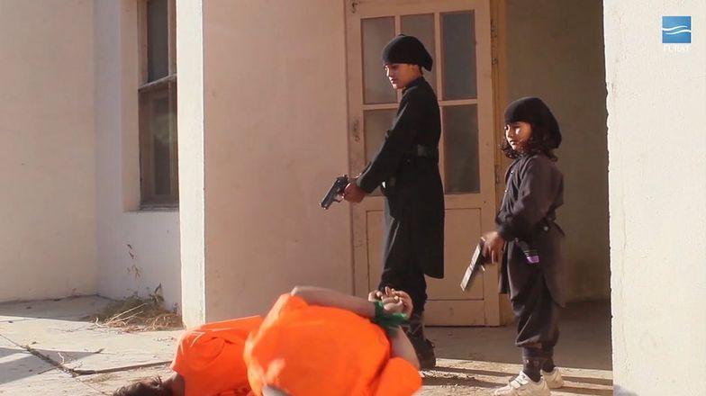 ISIS pokazało wstrząsający film. Dzieci strzelają więźniom w tył głowy