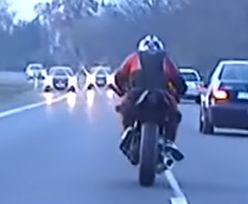 Wideo z kujawsko-pomorskiego. Motocyklista kontra policyjne BMW. Skończył na drzwiach garażu