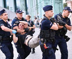 Powstanie Warszawskie. Interwencja policji podczas próby blokady marszu