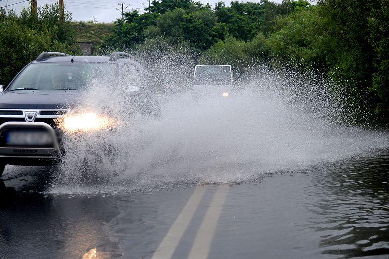 Uwaga kierowcy! Warunki pogodowe mogą utrudnić podróż.