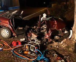 Opel uderzył w drzewo. Dwie osoby nie żyją, cztery są ranne