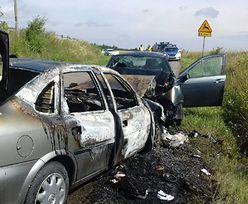 Matka ratowała dzieci z płonącego auta. Kiedy opadła z sił, pomógł jej policjant