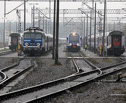 Pociągi nie mogły wjechać na peron. Kibice rzucili racę