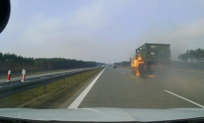 Moment, w którym ciężarówka stanęła w ogniu. Nagrał wypadek wojska USA na A2