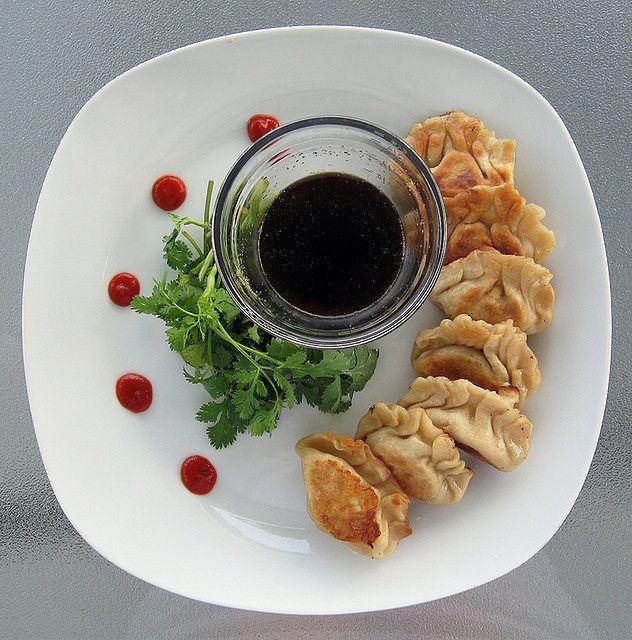 Mięsne pierożki z sosem