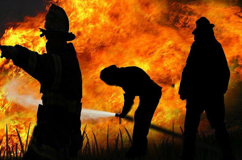 Strażacy gaszą pożar