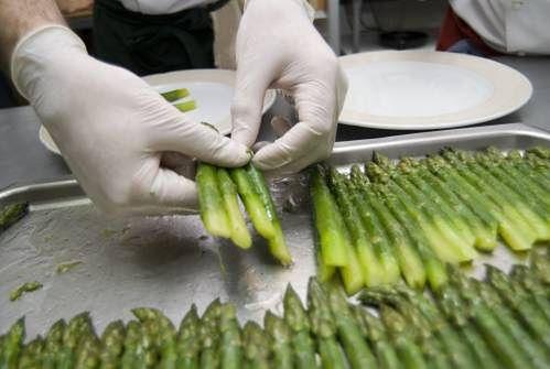 Przygotowanie szparagów w restauracji