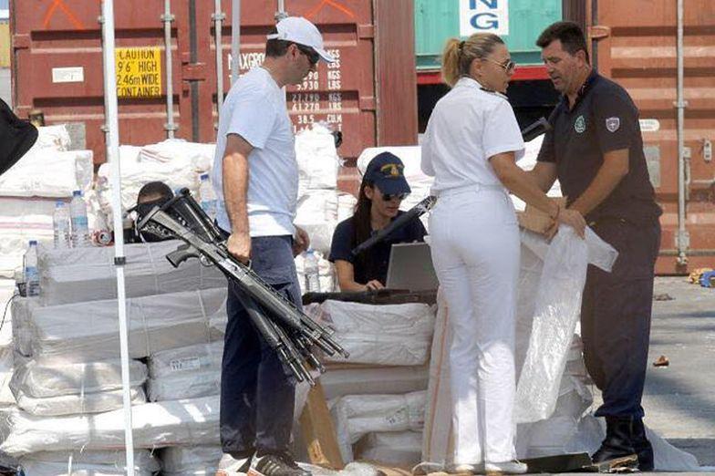 Policja przeszukała kontenery z meblami i odzieżą