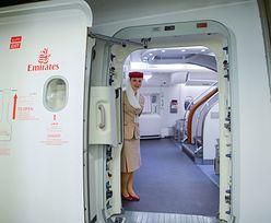 Stewardesy trzymają ręce za plecami. Wiemy, dlaczego