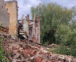 Ukradli cegły z dworku w Jarnołtowie. Złodzieje załatali nimi dziury w drodze