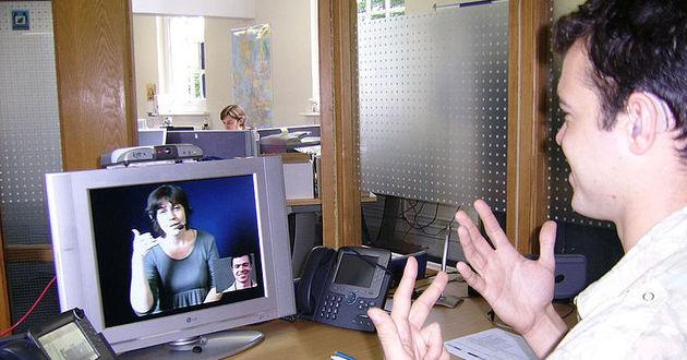 Osoby posługujące się językiem migowym </br>podczas rozmowy za pośrednictwem komputera</br>