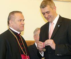 """Roman Giertych chce zabrać ks. Jankowskiemu medale. """"W tym ten, który mu dałem"""""""