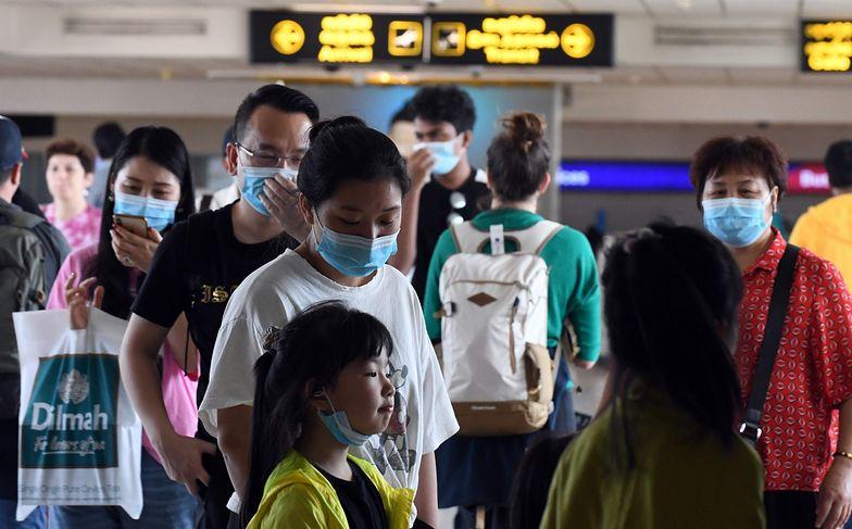 Koronawirus zainfekował już niemal 900 osób