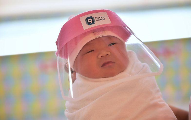 Osłony na twarz mają chronić noworodki przed zakażeniem koronawirusem.