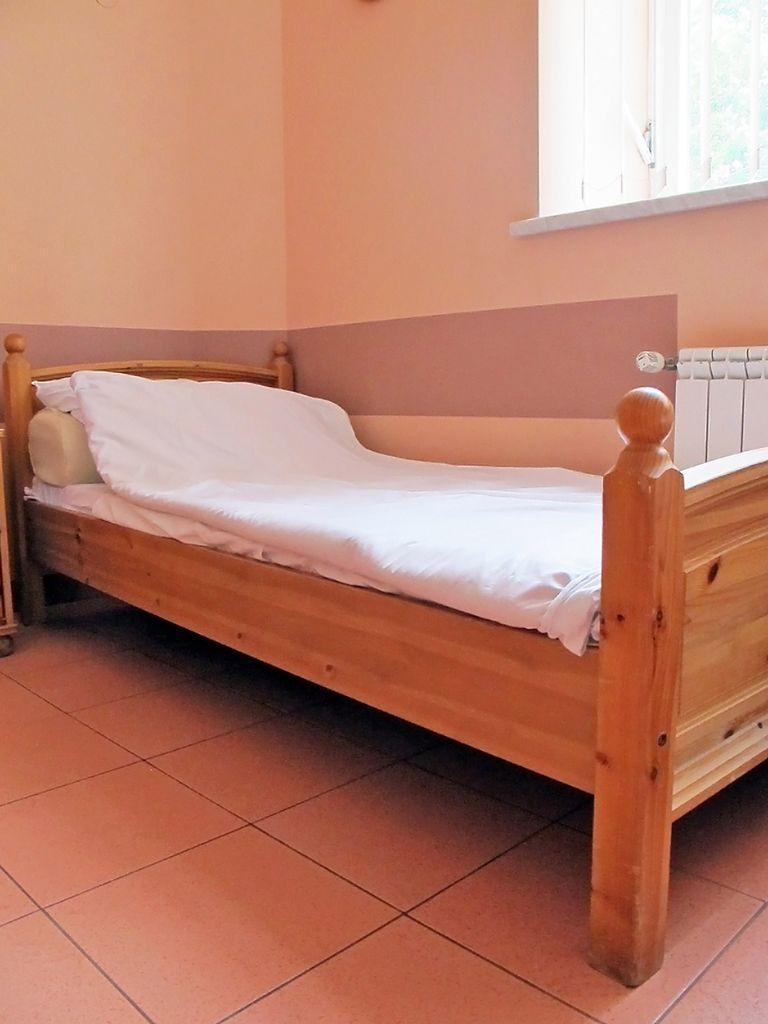 Łóżko w pokoju pacjentki