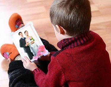 Dziecko ze zdjęciem ślubnym rodziców