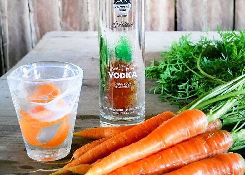 Zamiast wyrzucać marchew, robią z niej wódkę