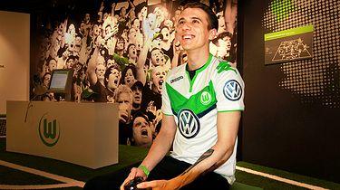 W 2014 roku został wicemistrzem świata FIFA Interactive World Cup. Teraz gra dla VfL Wolfsburg. Wciąż na konsoli