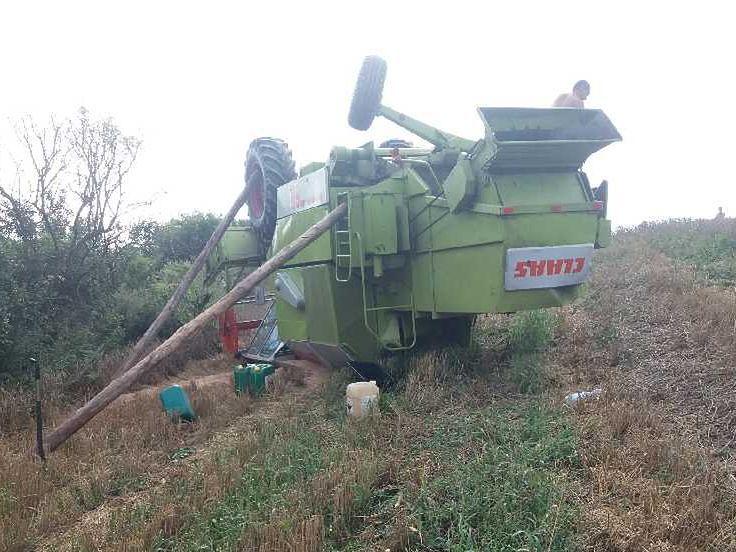 Kombajn po dachowaniu w gminie Krasnystaw