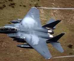 """Samoloty F-15 niemal """"skosiły"""" spadochroniarzy. Myśliwce leciały 560 km/h"""