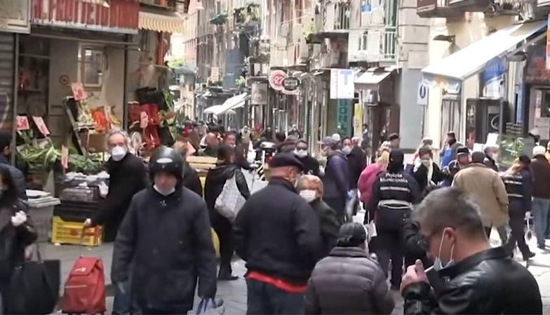 Mieszkańcy Neapolu tłumcie wyszli na ulice, mimo zakazu władz w sprawie rozprzestrzeniającego się koronawirusa.