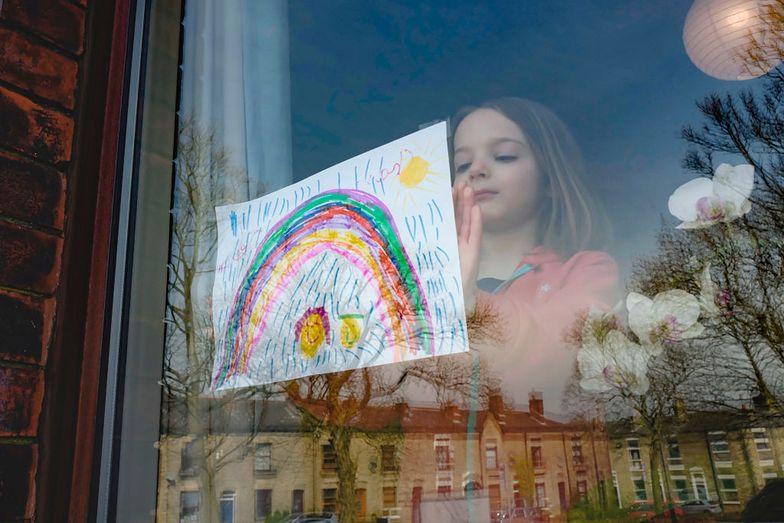 Dzieci na całym świecie rysują tęcze i wieszają obrazki na oknach swoich domów. W ten sposób chcą poprawić nastrój innym.