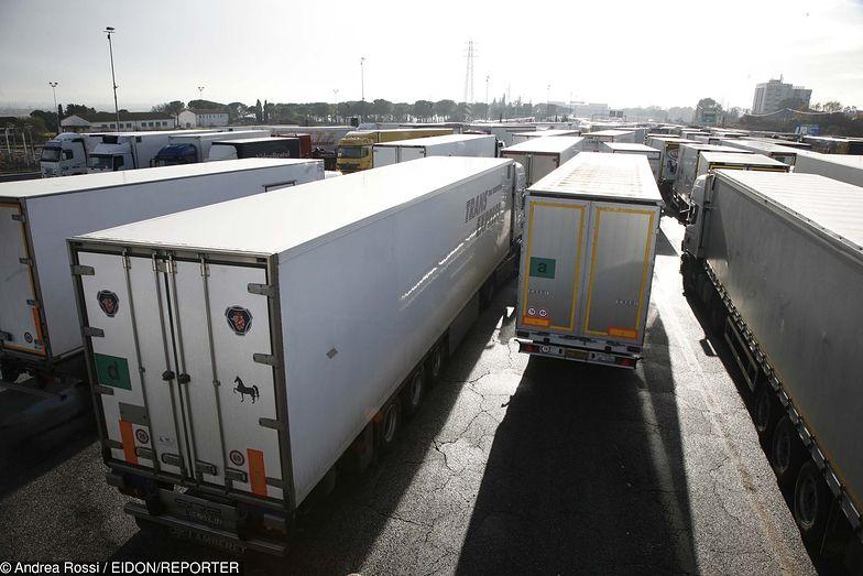Kierowcy próbowali przewieźć w trumnie imigranta