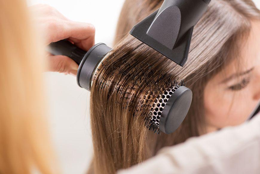 Modelowanie włosów grubą szczotką