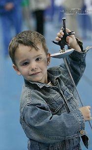 Dziecko na zawodach szermierki
