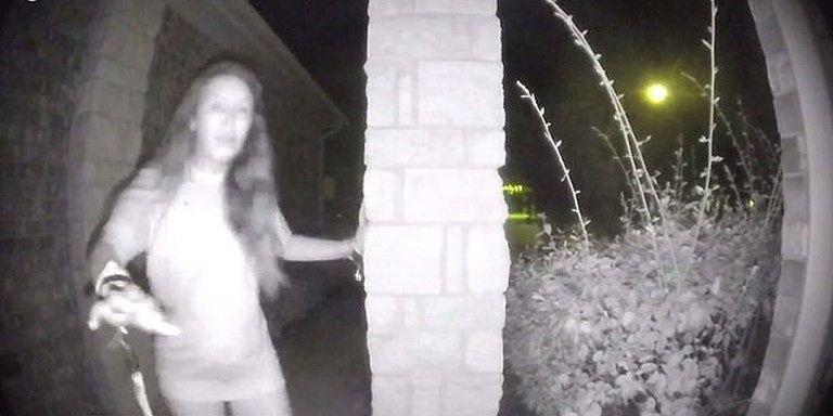 Policja odnalazła kobietę, która półnaga dobijała się do drzwi w Teksasie. Jest już bezpieczna