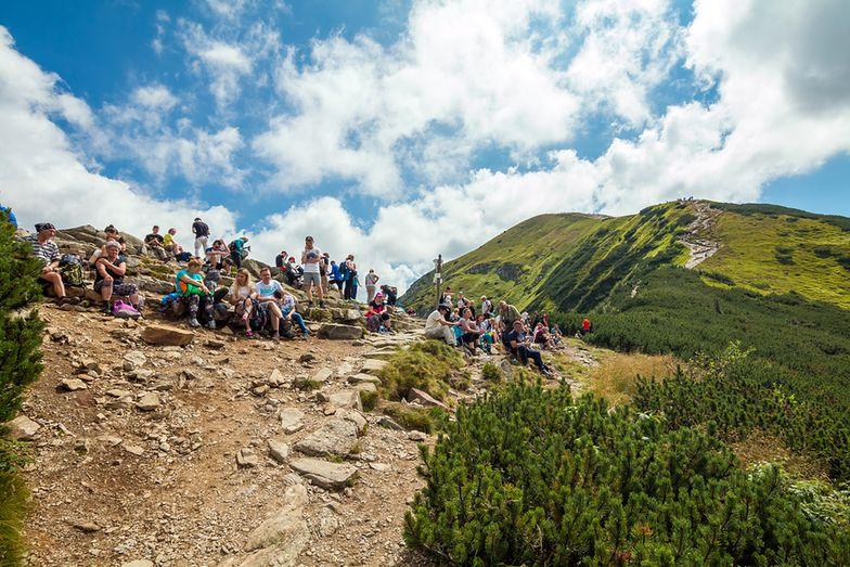 """Szlaki w Tatrach są często uczęszczane przez turystów. Część z nich pozostawiam po sobie wstydliwe """"pamiątki"""""""