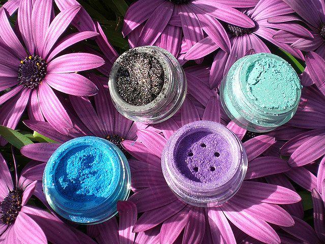 Kolorowe naturalne kosmetyki na bazie minerałów
