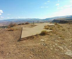 Ogromne strzałki z betonu na pustyni. Powstały 100 lat temu