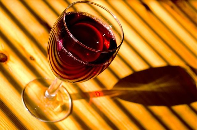 Czerwone wino + migdały