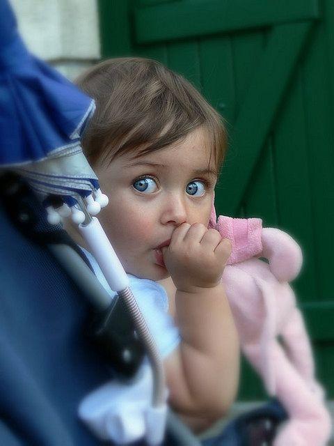 Dziewczynka ssąca kciuk