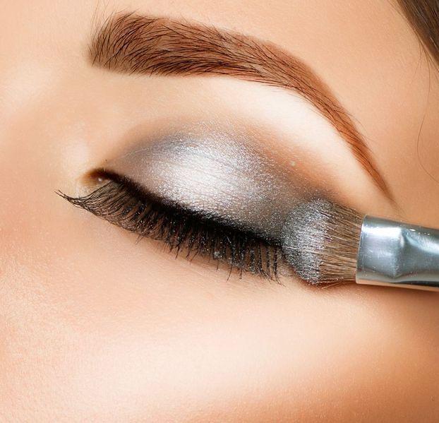 Unikaj połyskujących kosmetyków do makijażu