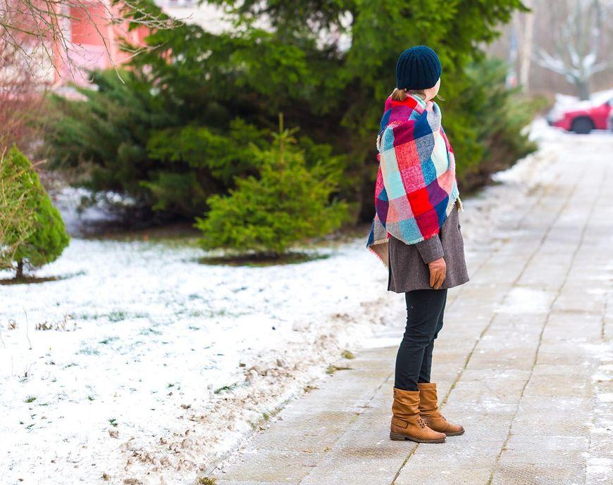 Kobieta na oblodzonym chodniku