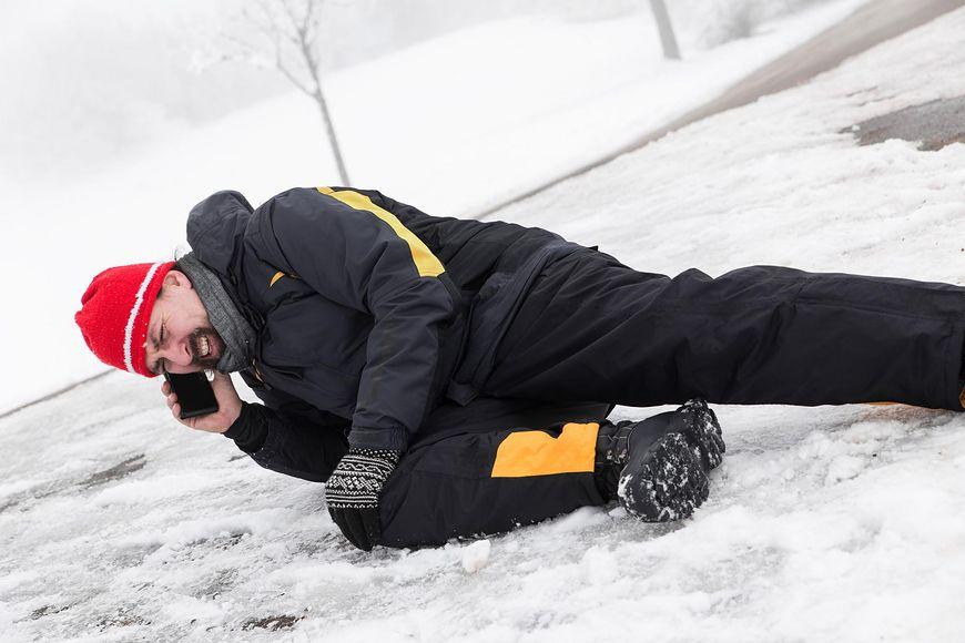 Upadek mężczyzny w zimie