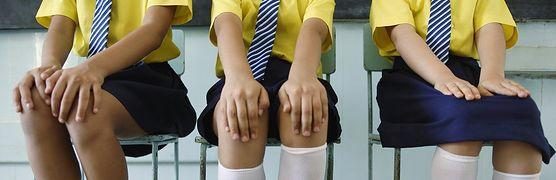 Mundurki szkolne - świetny sposób na ujednolicenie dziecięcej mody i ograniczenie wydatków, czy anachroniczna metoda tłumiąca indywidualność?